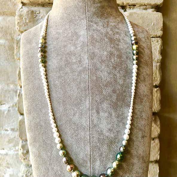 Ein seltenes Collier aus dem Hause Schoffel aus gewohnt feinster Qualität. 80 cm lang mit hellgrauen Akoya Perlen und sehr farbintensiven Tahitiperlen. Diese Farben sind bei Tahiti selten. Perlstrang noch ohne Verschluss