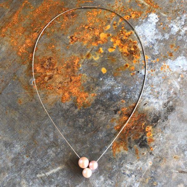 Drei perfekte, rosefarbene Süßwasserperlen schweben an dem zarten Drahtseil. Unser letzter Drilling aus der limitieren Serie 25 Jahre schmuckwerk - ein Fest in rosé