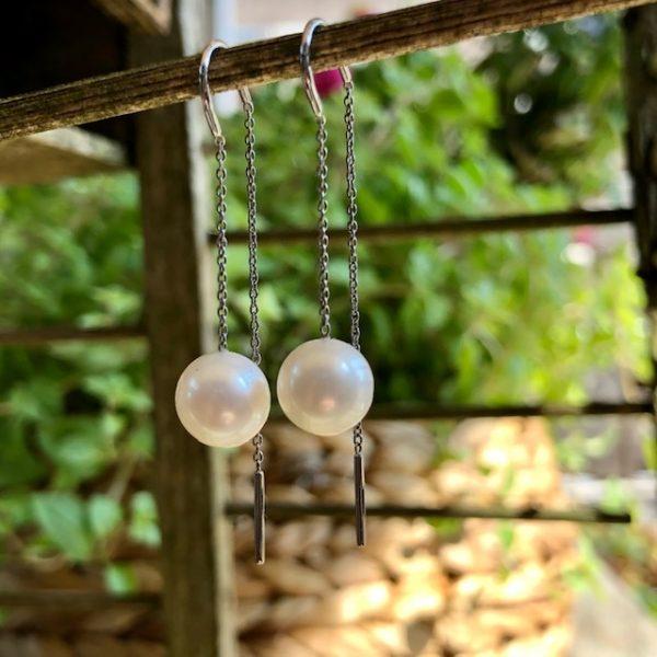 Schmuckwerk Superzarter, leichter und sinnlicher Ohrhänger mit 2 Süßwasserperlen an einem dünnen Stahlkettchen. Einfach hängenlassen und wohl fühlen.