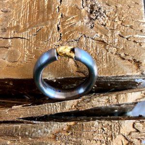 Edelstahl-Spannring mit einem einzigartigen, australischen Goldnugget aus 96%-100% Feingold. Die Nuggets sind Naturprodukte und variieren in Form, Größe und Gewicht. Dieses wunderschöne Exemplar hat eine natürliche Herzform