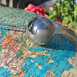 Jede Reise verändert MEINE WELT: In diesem Anhänger können Sie mit kleinen Brillanten jeden Ort markieren, an dem Sie glücklich waren. Tragen Sie Ihr funkelndes Reiseandenken mit Ihren schönsten Zielen immer bei sich. MEINE WELT gibt es in 3 Größen 19-23-27 mm)