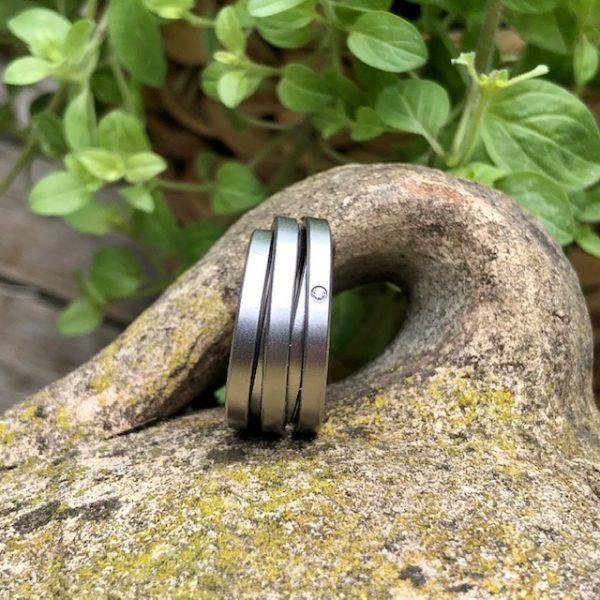 Gewickelter Stahlring von schmuckwerk aus der Linie Saturn. Ordnung in der Unordnung. Jeder Ring besteht aus unterschiedlichen Ringen. Schmaler, breiter und schräger. Ein Durcheinander, das zur wunderschönen Einheit wird. Dreht man den Ring, sieht er immer wieder anders aus.