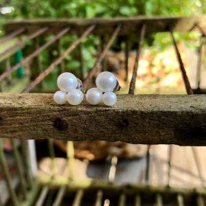 Schmuckwerk Perlenrausch Wolke Ohrstecker WO121ST Edelstahlstift und 3 verschieden große Süßwasserperlen