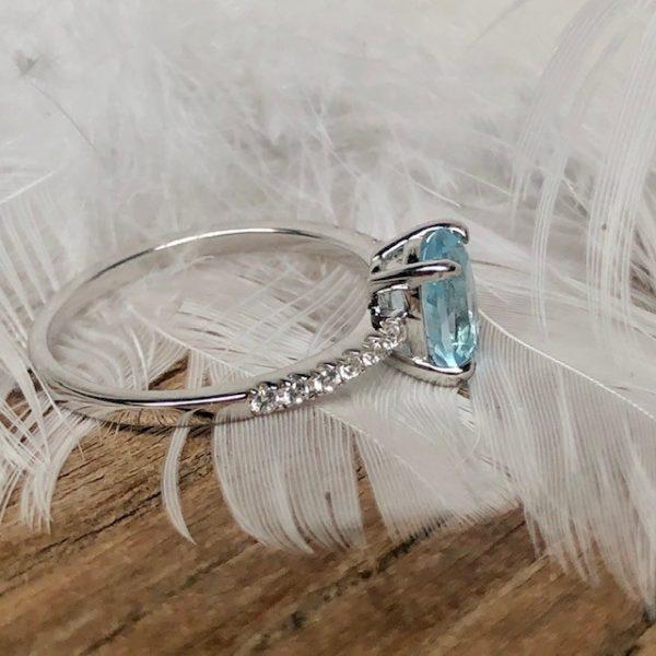 Verlobungsring boho seitlich Viererkrappe Blautopas seitlich Brillanten