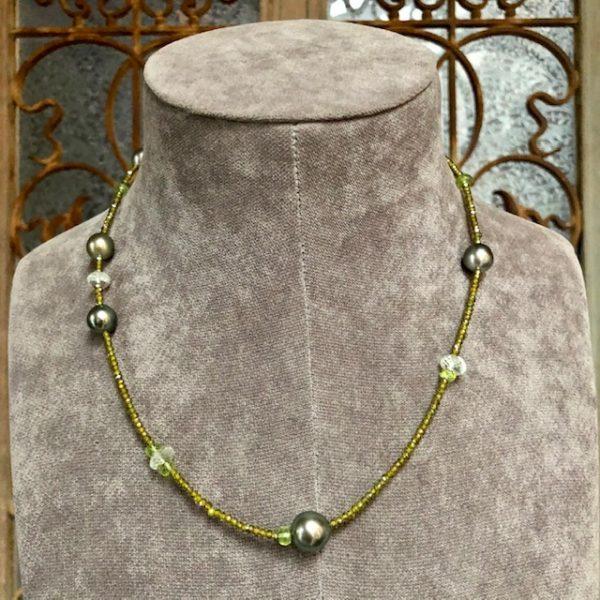 Gellner Urban BigBang Kette und aus grünen Peridot, grünem Amethyst und grünem Zircon mit 7 Tahitiperlen, als Kette oder dreifach gewickelt als Armband zu tragen