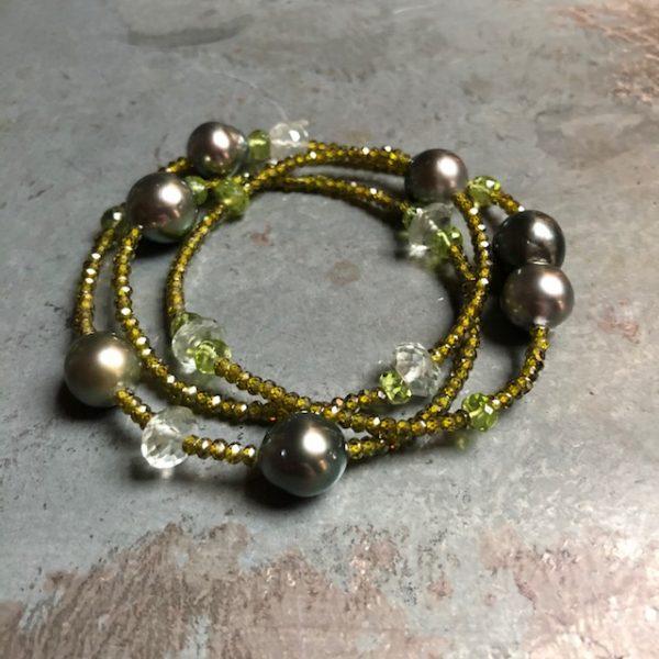 Gellner Urban BigBang Armband und Kette aus grünen Peridot, grünem Amethyst und grünem Zircon mit 7 Tahitiperlen, als Kette oder dreifach gewickelt als Armband zu tragen, Länge 54cm