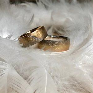 Ausgefallene, 8mm breite Trauringe aus 750 Gold in einem siebenfarbigen Verlauf von Roségold bis Graugold, Damenring mit Brillantschweif 0,10ct, Eheringe, Hochzeitsringe von Gerstner