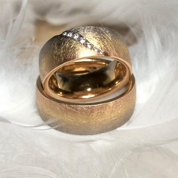 Ausgefallene, 8mm breite Trauringe aus 750 Gold in einem siebenfarbigen Verlauf von Roségold bis Graugold, Damenring mit Brillantschweif 0,10ct Eheringe Hochzeitsringe von Gerstner