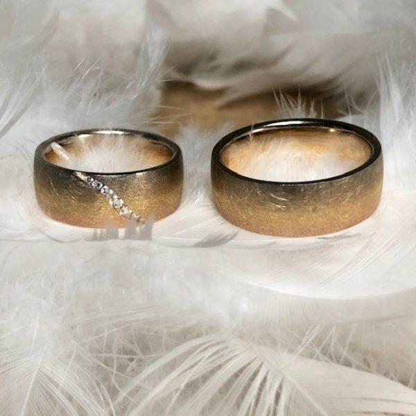 Ausgefallene, 8mm breite Trauringe aus 750 Gold in einem siebenfarbigen Verlauf von Roségold bis Graugold, Damenring mit Brillantschweif 0,10ct Eheringe Hochzeitsringe Gerstner