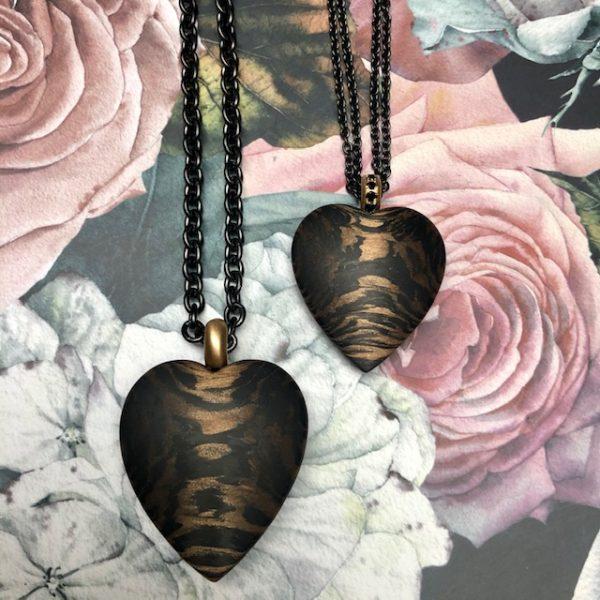 Zwei Herzen von Schwab 39 und 33mm hoch, Gelbgoldöse, einmal mit und einmal ohne schwarze Brillanten, verschiedene Längen, verschiedene Ketten