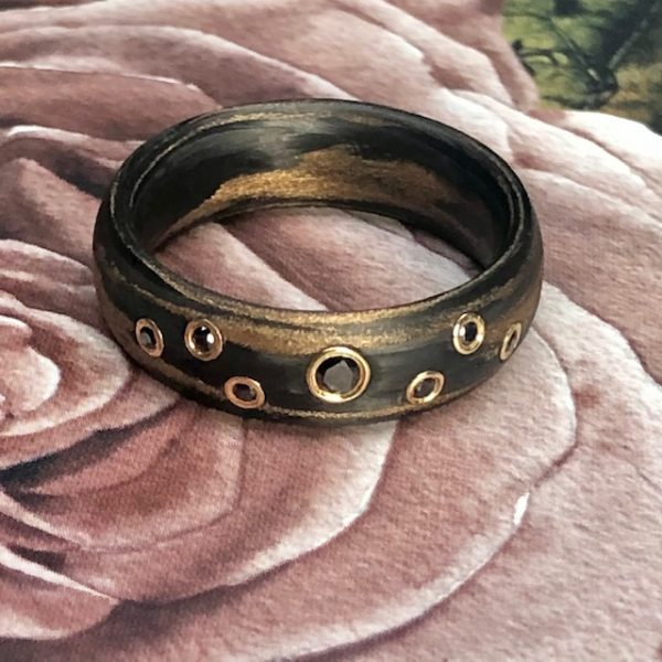 Ein Carbon Bronze Ring mit schwarzen Brillanten in Gelbgold gefasst, Ringweite 55, Gesamt 0,11