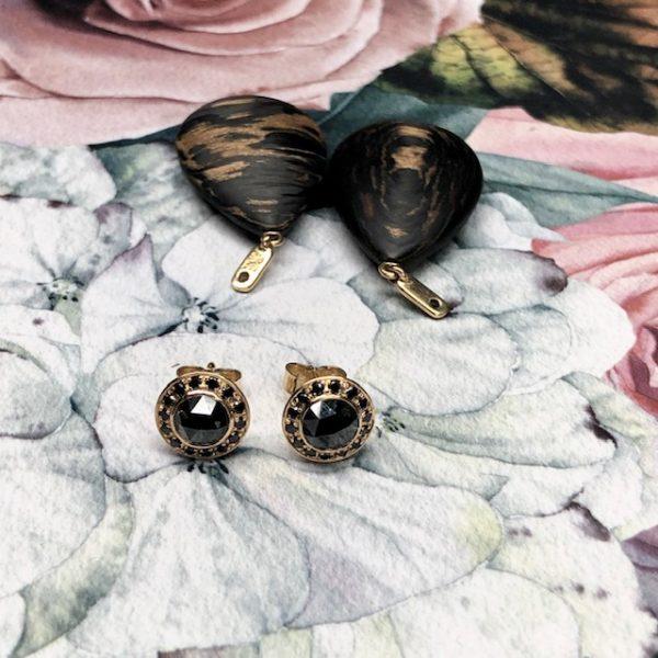Spektakulärer Ohrschmuck aus 750/- Gelbgold mit schwarzen Diamanten im Rosenschliff als Mittelstein, umrahmt von schwarzen Brillanten. An den Stecker lassen sich Tropfen aus Carbon Bronze an einer kleinen Goldöse einhängen und verwandeln die Stecker in lange, atemberaubende Ohrhänger.