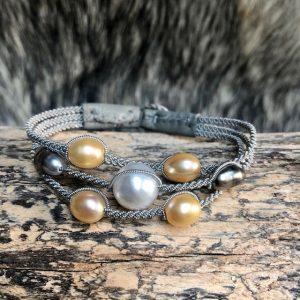 saami crafts Armband mit 7 Perlen Süsswasserperlen Südseeperlen und Tahtit Keshi Perlen auf Silberzinnfaden mit Lederenden Farbe Meerschaum und Rentierhornknopf Länge 165mm