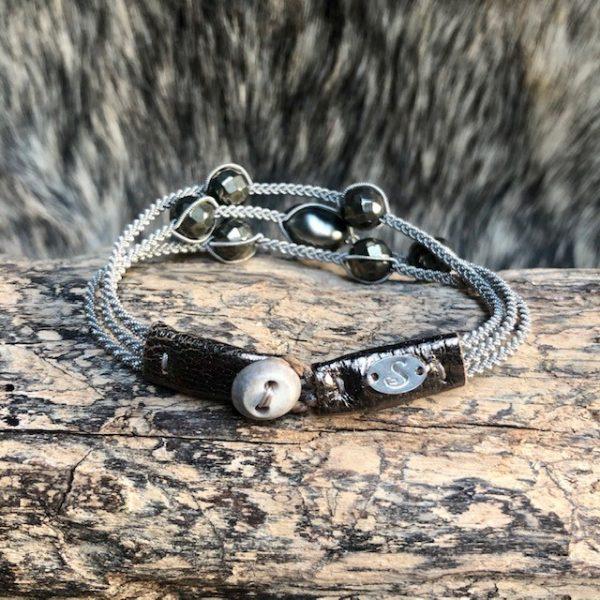Dreireihiges Armband aus Silberzinnfaden mit 6 Pyriten und 1 barocken Tahiti Perle mit Lederenden Altsilberfarben mit Rentierhornknopf 170mm Länge