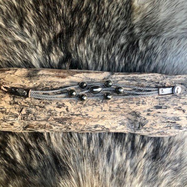Dreireihiges Armband aus Silberzinnfaden mit 6 Pyriten und 1 barocken Tahiti Perle mit Lederenden Altsilberfarben mit Rentierhornknopf 170mm Länge, Draufsicht