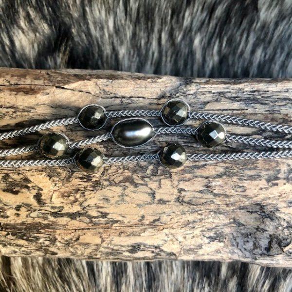 Dreireihiges Armband aus Silberzinnfaden mit 6 Pyriten und 1 barocken Tahiti Perle mit Lederenden Altsilberfarben mit Rentierhornknopf 170mm Länge, Mittelteil vergrössert