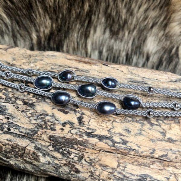 Haarhaus saami crafts Armband handgefertigt dreireihig mit 5 bläulichen Süßwasserperlen leicht barock , Lederenden Farbe Dunkelblau, Unikat, Rentierknopf