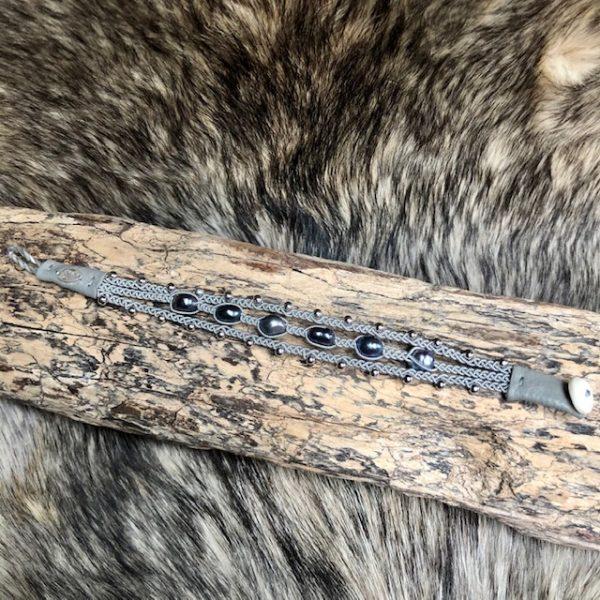 saami crafts Armband handmade dreireihig mit 5 dunklen Süßwasserperlen leicht barock Multifarben, Lederenden Farbe Meerschaum, Unikat, Rentierknopf