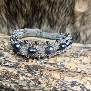 Haarhaus saami crafts Armband handmade dreireihig mit 5 dunklen Süßwasserperlen leicht barock Multifarben und kleinen Silberkugeln