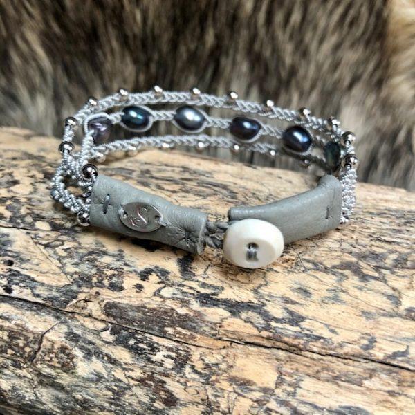 Haarhaus saami crafts Armband handmade dreireihig mit 5 dunklen Süßwasserperlen leicht barock Multifarben, Lederenden Farbe Meerschaum, Unikat, Rentierknopf