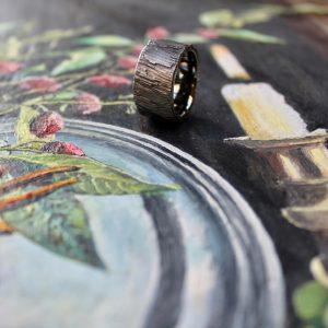 Marion Knorr Roh Ring, 12 mm breit und 2,5 mm hoch, aus Silber geschwärzt, wilde ehe ringe