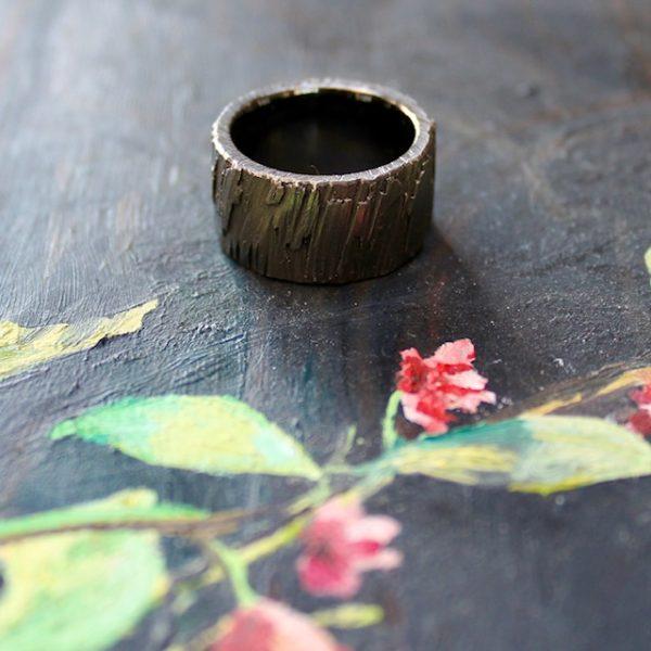 Marion Knorr Roh Ring Silber schwarz 12 mm breit und 2,5 mm hoch, wilde ehe ringe, liegend,