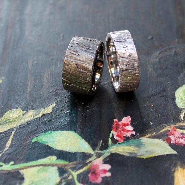 Marion Knorr wilde ehe ringe, Roh in Silber und zwei verschiedenen Ausführungen, 12mm breit und geschwärzt, 8 mm breit und hell Silber, besondere Struktur, die Oberfläche prägt der Umgang mit dem Ring.