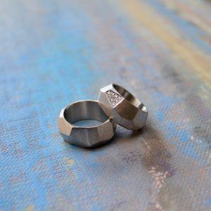 Marion Knorr Wellenbrecher Ringe aus 925 Sterlingsilber, aus der Trauring-Kollektion wilde ehe ringe. Der Ring hat die Form und Struktur eines Felsen am Strand, der die heran rollenden und bedrohenden Wellen bricht und sanft in die Bucht weiterleitet. Ein Schutz für das Liebespaar, der die Bedrohung von außen mildert. Die Form dient ergonomischen Zwecken, da der Ring am Finger in eine erstaunlich bequeme Form rutscht.