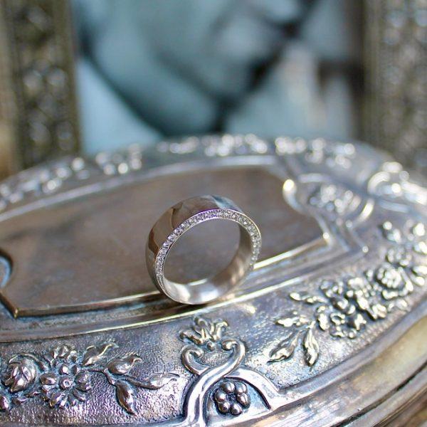 Marion Knorr Wunder Ring wilde ehe ringe weissgold, rhodiniert, poliert, besondere Oberfläche poliert Hammerschlag mit 25 Brillanten vorne in Ringweite 53, in anderen Legierungen erhältlich, individuell und hochwertig