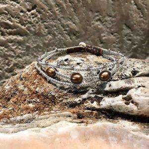 Dreireihiges Armband von saami crafts auf Silberzinnfaden mit 3 grünbraunen Süßwasserperlen und kleinen Silberkugeln, handgemacht, made in germany, individuell, sonderanfertigung