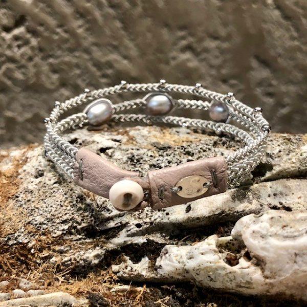 Dreireihiges Armband von saami crafts auf Silberzinnfaden mit 3 Süßwasserperlen, silber, fliederschimmernd und kleinen Silberkugeln, handgemacht, made in germany, individuell, sonderanfertigung, Rückansicht