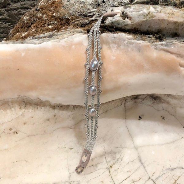 Dreireihiges Armband von saami crafts auf Silberzinnfaden mit 3 Süßwasserperlen, silber, fliederschimmernd und kleinen Silberkugeln, handgemacht, made in germany, individuell, sonderanfertigung, geöffnet
