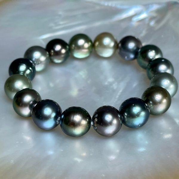 GELLNER Modern Classics - Marutea Diese farbgewaltigen Perlen stammen von der Insel Marutea Sud, einem einsamen Atoll in Französisch-Polynesien, abseits von jeglicher Zivilisation und industriellen Einflüssen. Vor der privaten Insel des Perlzüchters Robert Wan wächst diese einzigartige Perlart mit ihrem metallischen Lüster im kristallklaren Wasser des Pazifiks. Aus der besonders herausragenden Winterernte – welche GELLNER sich exclusiv sichern konnte – stammen auch unsere faszinierende Perlen, limitiert durch die Natur. Wir freuen uns sehr, dieses besondere Schmuckstück in Gevelsberg präsentieren zu dürfen. Alle Perlen sind Einzelstücke - und dieses Armband ein farbenprächtiges Unikat. Perl-Powerarmband 16 Maruteaperlen, multi intense, rund, 12-13mm Lüster: AAA Spotlevel: 4 Spots sind eine Laune der Natur - je perfekter die Oberfläche, desto preisintensiver die Perle Circles und Spots sind charmante und lebendige Merkmale ohne Verschluss, auf Gummi gezogen Umfang ca. 19cm Wir veranstalten regelmässig spannende Events in unserem Geschäft und präsentieren die wunderbaren Kollektionen von GELLNER und GELLNER Urban. Sie möchten dabei sein? Abonnieren Sie gerne unseren Newsletter und senden uns eine mail, so erhalten Sie eine persönliche Einladung zu einem unserer Events. Besuchen Sie uns im schönen Gevelsberg aus Hagen, Wuppertal, Ennepetal, Schwelm, Sprockhövel, Witten, Wetter, Hattingen, Herdecke, Remscheid, Essen, Solingen, Ratingen, Velbert, Mettmann, Düsseldorf, Engelskirchen, Bergisch Gladbach, Letmathe, Lüdenscheid, Dortmund, Bochum u.v.m.... wir freuen uns auf Sie!