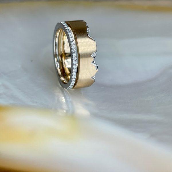 Alpenring 7mm breit aus 750 Gelbgold mit Bruchkante aus Weißgold mit 24 Brillanten und Beisteckring aus Platin mit 54 Brillanten 0,27ct in Ringweite 55