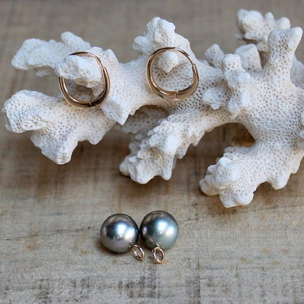 GELLNER H2O Purismus in Perfektion. Die Linie H20 lenkt den Blick auf das Wesentliche: die unvergleichliche Schönheit edler Zuchtperlen. Minimalistische Designs machen die Schmuckstücke zu unverzichtbaren Klassikern, die einen stilvollen Auftritt garantieren. Formschöne Creolen aus Rosegold - ganz schlicht getragen - oder mit 2 wunderschönen Perlen von der Insel Marutea Sud, einem einsamen Atoll in Französisch-Polynesien, abseits von jeglicher Zivilisation und industriellen Einflüssen. Vor der privaten Insel des Perlzüchters Robert Wan wächst diese einzigartige Perlart mit ihrem metallischen Lüster im kristallklaren Wasser des Pazifiks. Aus der besonders herausragenden Winterernte – welche GELLNER sich exclusiv sichern konnte – stammen auch unsere faszinierende Perlen, limitiert durch die Natur. Wir freuen uns sehr, dieses besondere Schmuckstück in Gevelsberg präsentieren zu dürfen. Creolen 5-23456-05 750/- Roségold, poliert Creole leicht oval, 15x17mm, 2 Marutea Perlen, multi intens, hellgrün/taupefarben schimmernd, eine ganz besondere Farbe! an kleiner Rosegoldöse, abnehm- und einhängbar Wir veranstalten regelmäßig spannende Events in unserem Geschäft und präsentieren die wunderbaren Kollektionen von GELLNER und GELLNER Urban. Sie möchten dabei sein? Abonnieren Sie gerne unseren Newsletter und senden uns eine mail, so erhalten Sie eine persönliche Einladung zu einem unserer Events. Besuchen Sie uns im schönen Gevelsberg aus Hagen, Wuppertal, Ennepetal, Schwelm, Sprockhövel, Witten, Wetter, Hattingen, Herdecke, Remscheid, Essen, Solingen, Ratingen, Velbert, Mettmann, Düsseldorf, Engelskirchen, Bergisch Gladbach, Letmathe, Lüdenscheid, Dortmund, Bochum u.v.m.... wir freuen uns auf Sie! Ihr Juwelier Haarhaus Team