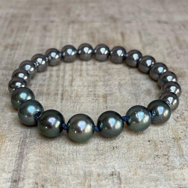 GELLNER URBAN: Flex! Der Klassiker aus dem Hause GELLNER ist gewachsen: Das praktische und geliebte Flex-Armband aus hellen Silberkugeln mit sieben Tahiti-Perlen. Einfach reinschlüpfen und los gehts. Flex Armband 2-81581-04 925/- Sterlingsilber, schwarz rhodiniert 15 Silberkugeln, 8mm 7 Tahiti-Zuchtperlen, multi / dunkel semi rund, 9-10mm Durchmesser ca. 16-16,5cm, Länge ca. 18cm, Knoten dunkelblau Linie: Flex kann in anderen Weiten gefertigt werden, Preis und Lieferzeit auf Anfrage Perlen sind Naturprodukte und jede ist ein Unikat, Farb-Abweichungen sind bei Nachbestellungen möglich Wir veranstalten regelmäßig spannende Events in unserem Geschäft und präsentieren die wunderbaren Kollektionen von GELLNER und GELLNER Urban. Sie möchten dabei sein? Abonnieren Sie gerne unseren Newsletter und senden uns eine mail, so erhalten Sie eine persönliche Einladung zu einem unserer Events. Besuchen Sie uns im schönen Gevelsberg aus Hagen, Wuppertal, Ennepetal, Schwelm, Sprockhövel, Witten, Wetter, Hattingen, Herdecke, Remscheid, Essen, Solingen, Ratingen, Velbert, Mettmann, Düsseldorf, Engelskirchen, Bergisch Gladbach, Letmathe, Lüdenscheid, Dortmund, Bochum u.v.m…. wir freuen uns auf Sie! Ihr Juwelier Haarhaus-Team
