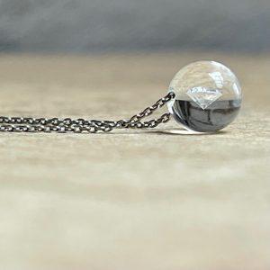 GLASKLAR: setzt die Schwerkraft außer Kraft! - Kann ein Brillant schweben? Bei schmuckwerk schon! Erleben Sie eine neue Schmuckdimension. Der Brillant schwebt völlig frei in einer Kugel aus Glas und reflektiert strahlend das Licht. Mit viel Fingerspitzengefühl wird die Glaskugel von Hand geformt, um den Brillanten perfekt zu umschließen. Eine neue Art der Fassung. Verblüffend und wunderschön. Und das Beste: Das Glas wirkt wie eine Lupe und lässt den Brillanten dreimal so groß aussehen!Haben Sie so etwas schon einmal gesehen? Wenn nicht, kommen Sie uns doch einfach einmal besuchen .Edelstahl Halsschmuck Klare Glaskugel 6mm, Brillant 0,05ct tw/vs, Kette 0,9mm stark, 42cm mit Zwischenöse bei 39cm Vielleicht der erste Diamant zur Kommunion, Konfirmation, zum Schulabschluss, Abitur... Zur Verlobung, als Brautschmuck, zum Geburtstag, zur Geburt des Kindes oder einfach nur so Gründe gibt es genug Alle Diamanten stammen aus konfliktfreien Quellen und Gebieten