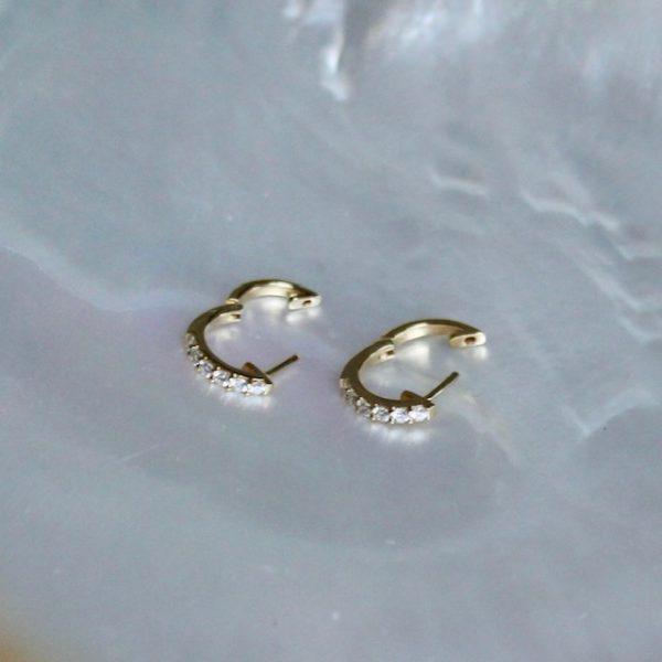 klassische runde Brillantcreolen aus Gelbgold 18k rund mit 12 Brillanten auf der Vorderseite 0,30 ct Juwelier Haarhaus geöffnet