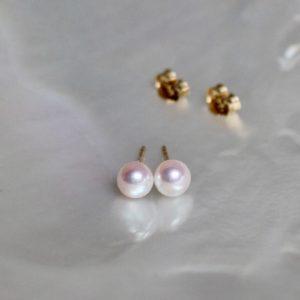 Schimmernde Akoya-Zuchtperl-Ohrstecker 6mm rund weiss mit Gelbgold 18kt Stecker von Gellner bei Juwelier Haarhaus