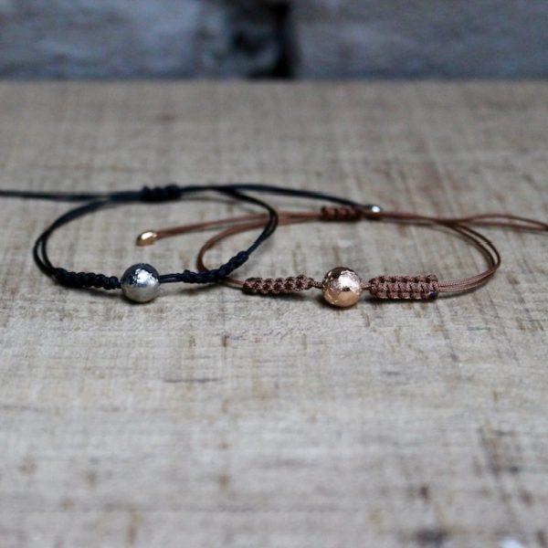 Zwei Schmuckwerk Armbänder mit Weltkugeln aus Rosegold oder Edelstahl