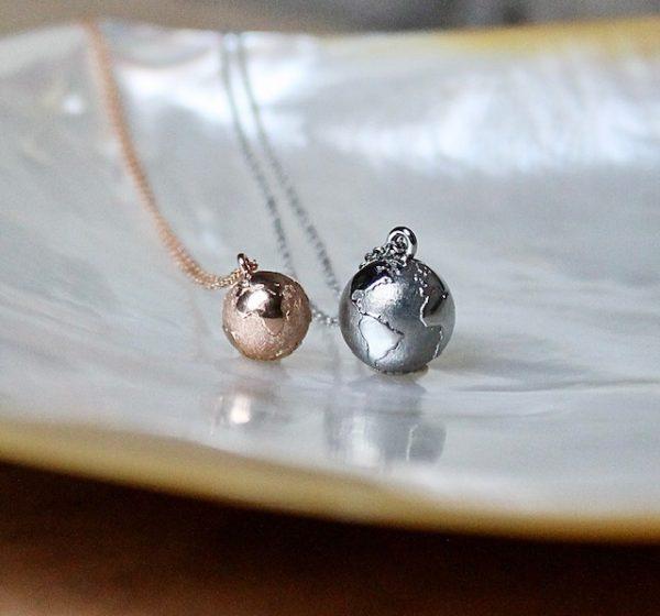 Die zwei kleinsten Weltkugeln von Schmuckwerk aus Rosegold und Edelstahl
