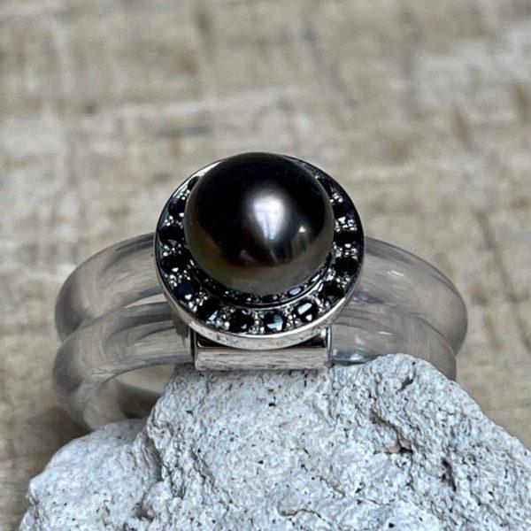 Monika Seitter Sia Ring transparent zweifach gewickel schwarze Diamanten Tahiti Perle dunkel Unikat Schmuckdesignerin aus Düsseldorf Einzelstück