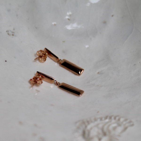 Rosegold Ohrhänger 28mm RechteckeDie grafisch designten Ohrstecker schweben an ihrem Ohr und sind ein moderner Blickfang mit einem mattierten und einem polierten rechteckigen Element. Haben wir nicht alle Ecken und Kanten? Diese hier sind wunderbar abgerundet...