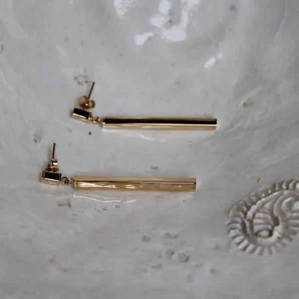 Dieser Ohrhänger schwingt gerade am Ohr, eckig und ausdrucksstark. Schmuck mit Ecken und Kanten.Beweglicher Stab aus 585 Gelbgold