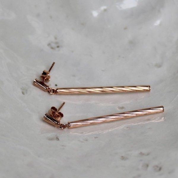 Dieser Ohrhänger schwingt gerade am Ohr, hat jedoch eine in sich gedrehte Optik, welche das Licht reflektiert und dem Schmuckstück eine lässige Lebendigkeit verleiht. Ohrhänger aus 585/- Roségold ca. 46mm lang Stab Durchmesser 2,5mm in 3 Farben erhältlich