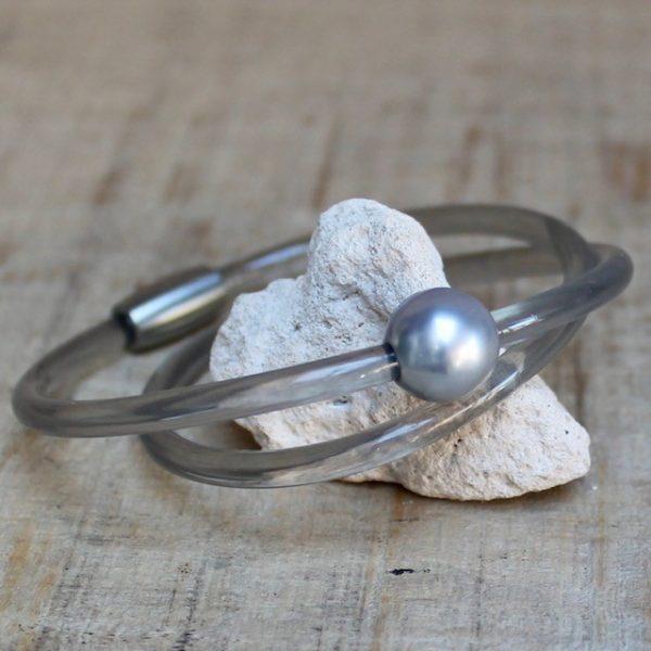 Monika Seitter: Collier Apollo Kunststoff-armreif, hellgrau mit Tahiti-Perle auf Silberöse