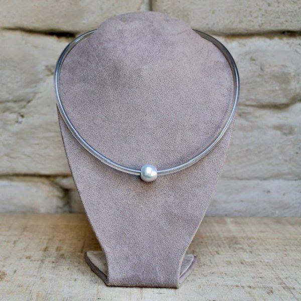 Monika Seitter: Collier Apollo Kunststoff-Halsreif, hellgrau mit Tahiti-Perle auf Silberöse