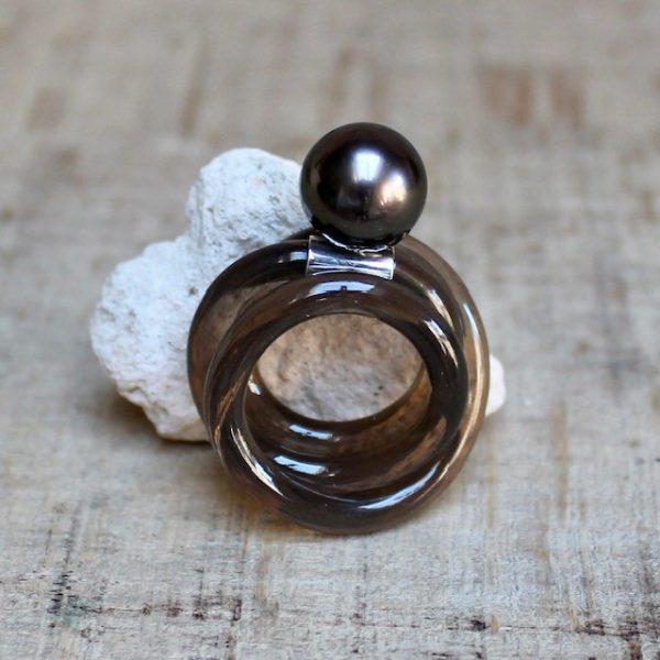 Monika Seitter Kunststoff Ring braun mit brauner Tahitiperle auf Silberöse Designschmuck aus Düsseldorf
