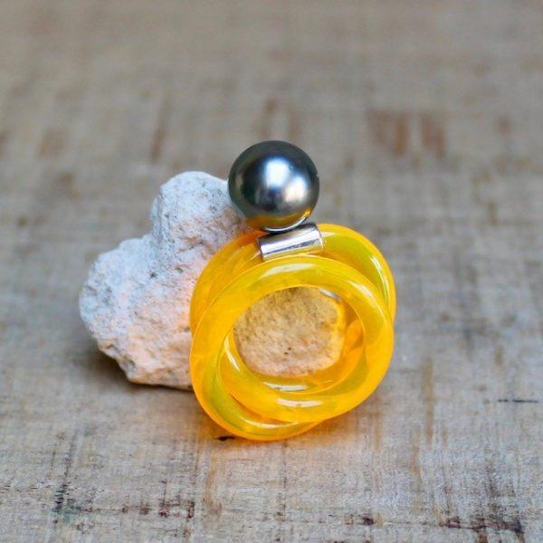 Monika Seitter Kunststoff hellorange Ring mit Tahiti Perle auf Silber Design Düsseldorf