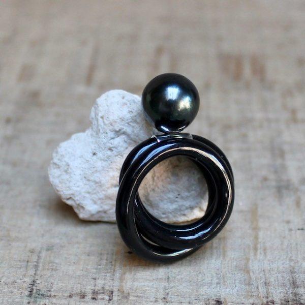 Monika Seitter Kunststoffring Apollo Schmuckdesign aus Düsseldorf schwarz mit dunkler Tahitiperle auf Silberöse